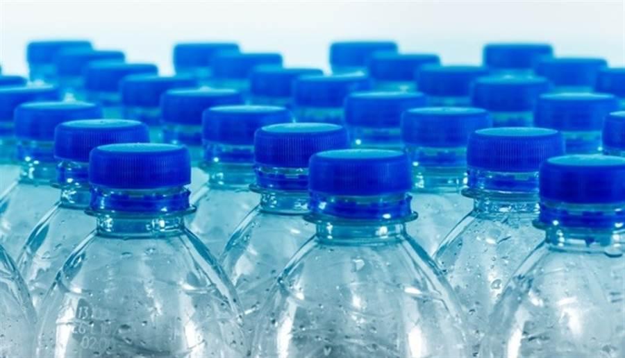 瓶裝水應避開高溫、陽光直射處。(圖/pixabay)