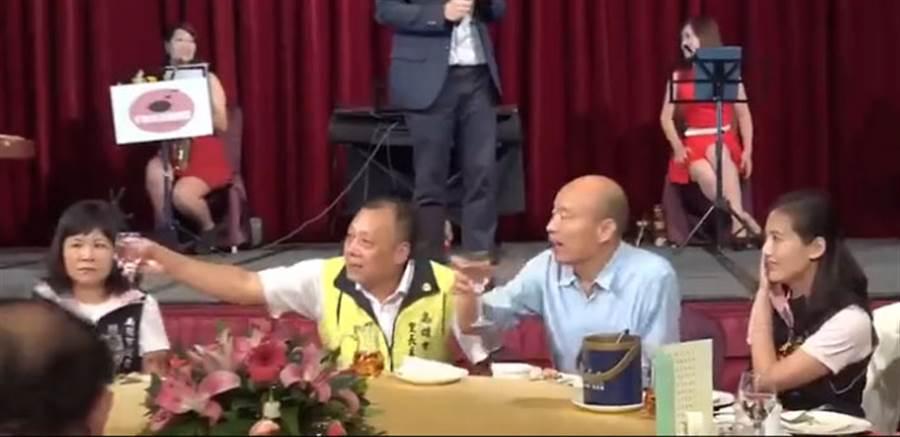 韓國瑜今天出席高雄市里長主席市政推展會餐會,陸淑美(左)與韓國瑜同桌互動冷,陸淑美女兒黃韻涵(右)借機硬蹭韓國瑜。(圖/擷自網路視頻)