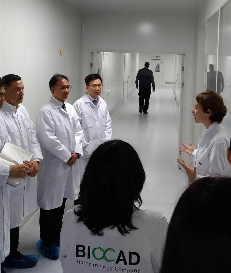 (圖說:貿協董事長黃志芳(左三)率團至聖彼得堡參觀俄羅斯最大生技醫療公司Biocad生產線。/貿協提供)