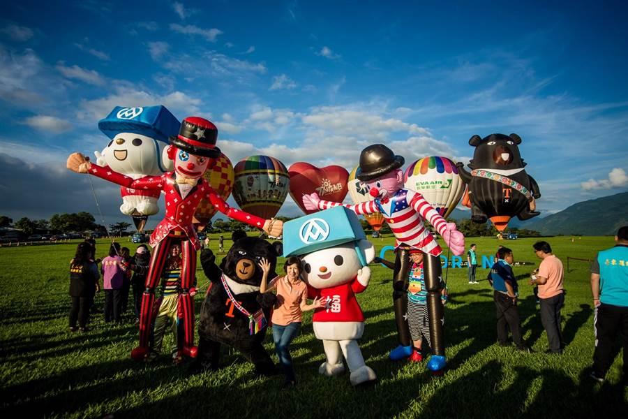 台灣熱氣球嘉年華開幕當天,福利熊會攜手好麻吉鼓鼓一起演出。(全聯提供)
