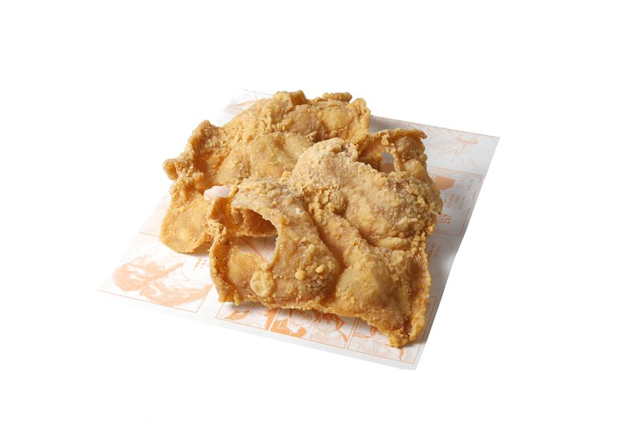 微風台北車站「雞笑炸雞」酥炸雞皮餅,有原味和辣味,55元。(微風提供)