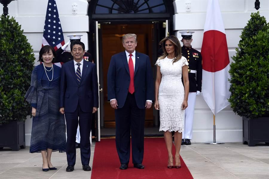 今年4月底安倍訪問華盛頓時,與川普會談結束後在白宮門口合照,川普做為東道主,卻在拍照時把安倍夫婦擠到紅毯外。這個鏡頭讓日本人有受辱的感覺,安倍也因此遭到批評。(圖/美聯社)