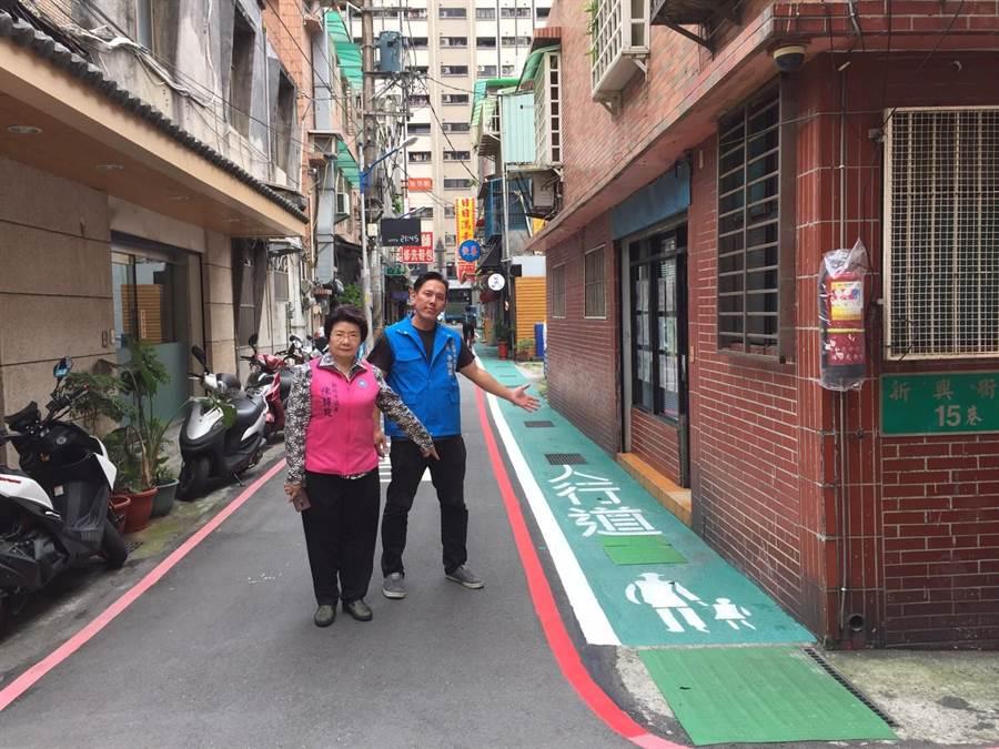 新北市議員陳錦錠(左)、中和區中安里長李謙國(右)爭取中和區新興街劃設綠色標示的行人專用道。(葉書宏翻攝)