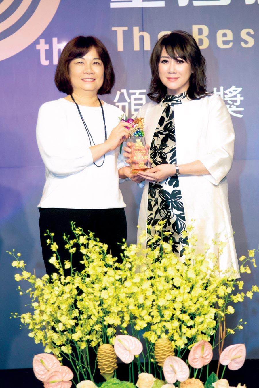 遠東SOGO百貨在「2019台灣服務業大評鑑」中,榮獲百貨公司/購物中心類金牌獎,SOGO董事長黃晴雯(右)期許創造更多溫暖服務。圖/SOGO提供