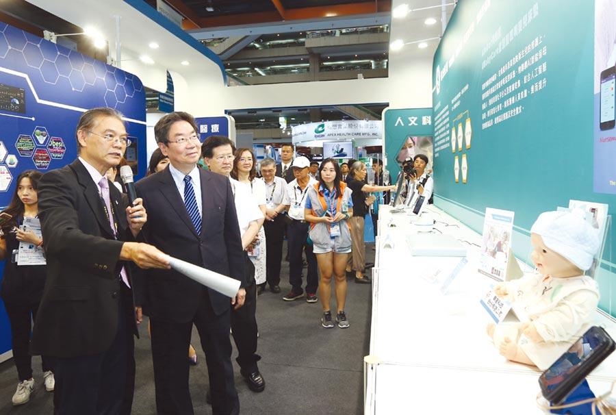 外貿協會副董事長莊碩漢(左二)參與貴賓導覽行程,聆聽台灣醫療產業及智慧醫院的發展現況。圖╱陳宗慶