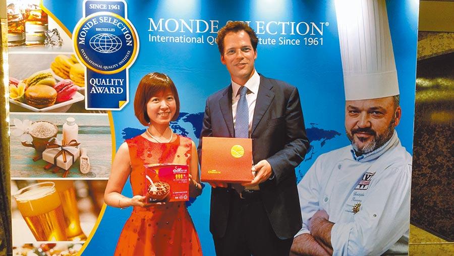 Choice巧思創辦人Mandy黃淑君(左)與Monde Selection總裁Dimitri Delloye合影。圖/陳昌博