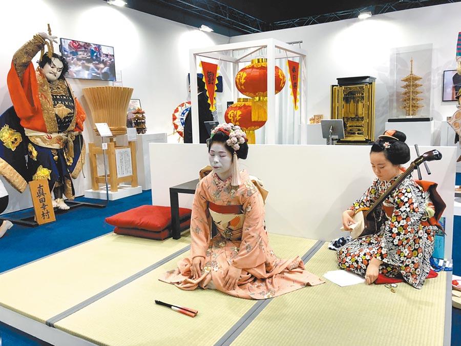 G20峰會舉行期間,日本政府在媒體中心提供章魚燒、拉麵等平民美食款待媒體記者,也展示茶道、京都舞伎表演,讓來自世界各國的記者體會日本的傳統文化。(黃菁菁攝)