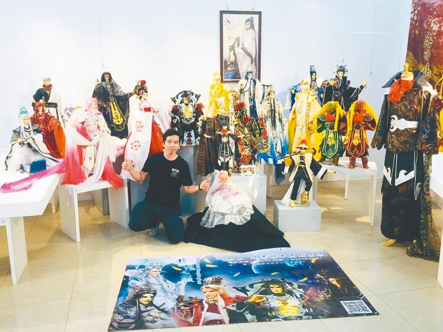 年僅35歲的馮義傑15年來創作500餘件絕美華服,常受邀到各地展覽。    (王文吉攝)