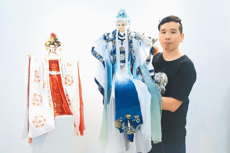 馮義傑今年首創「青御綻藍」系列作品,加入天然藍染元素,深受日本收藏家青睞。(王文吉攝)
