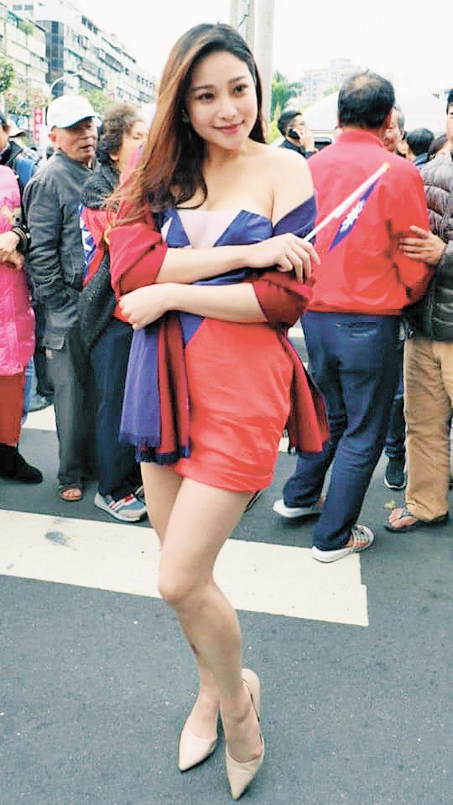 國旗妹章梓薰經常穿著國旗裝,參加高雄市長韓國瑜造勢活動,展現對韓國瑜的支持。(章梓薰提供)