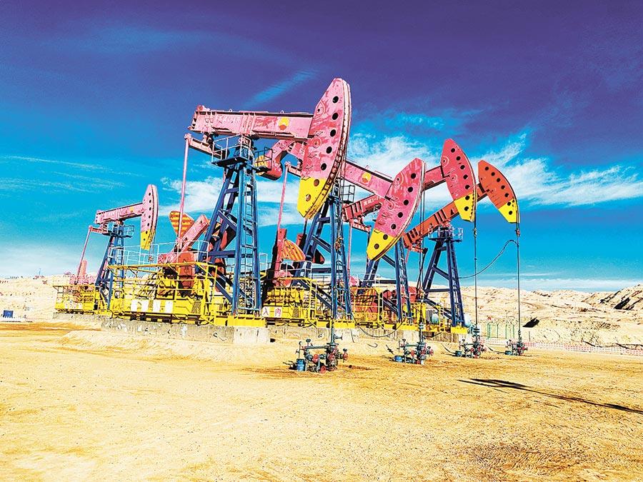 石油人民幣崛起。圖為一排排採油機在柴達木盆地英東油氣田上作業。(中新社資料照片)