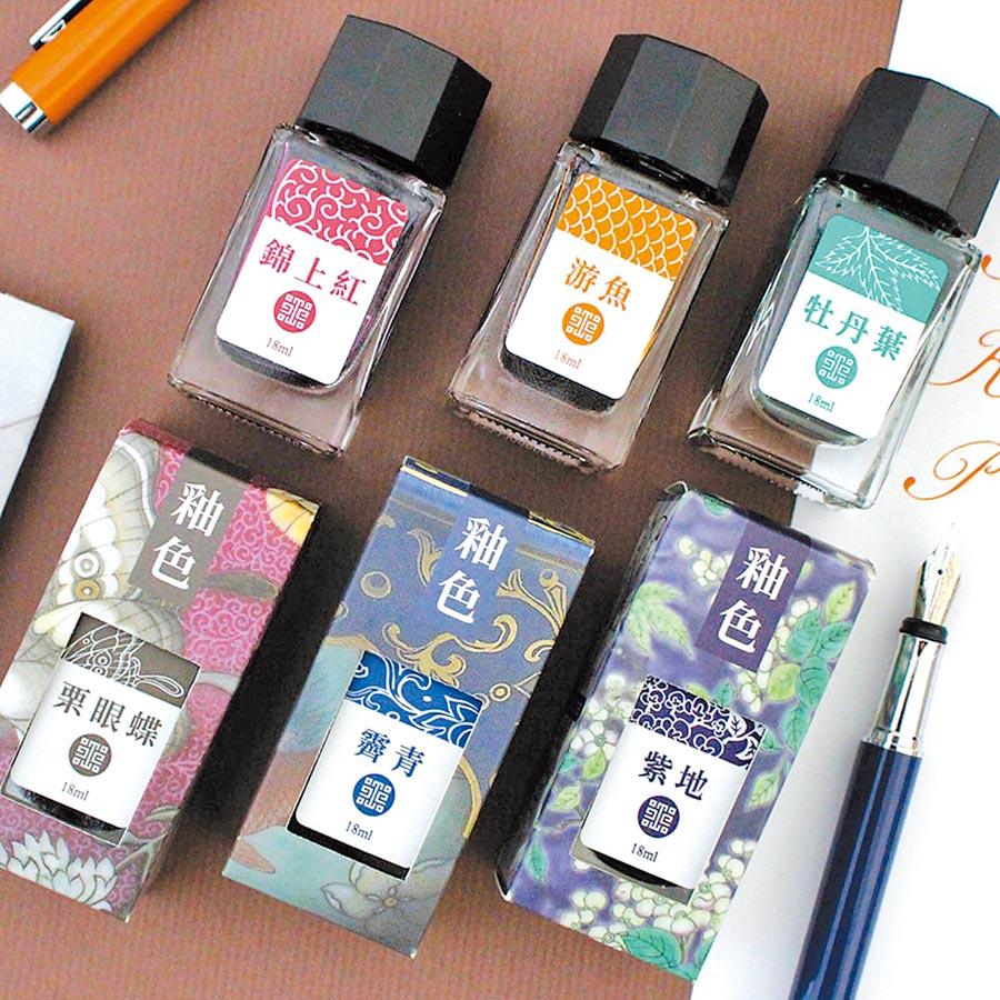 從試色、包裝、筆身、墨水瓶的設計,故宮投入大量心力。(取自故宮精品臉書)