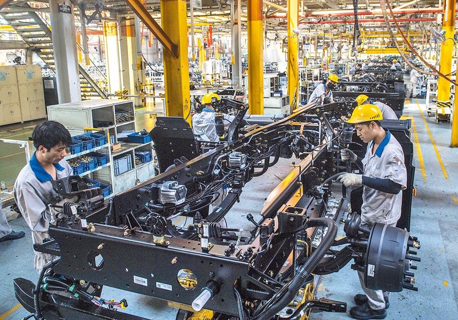 員工在長春一間汽車工廠車間內,對車輛進行裝配作業。(新華社資料照片)