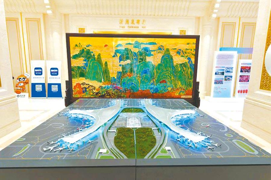 四川發展成就展示活動上的成都天府國際機場模型。