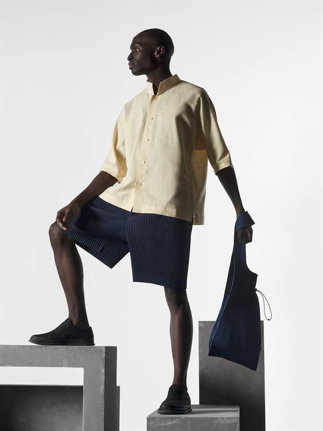 HOMME PLISSÉ ISSEY MIYAKE棉麻圓領五分袖襯衫9800元,縐褶下身短褲7800元。(ISSEY MIYAKE提供)