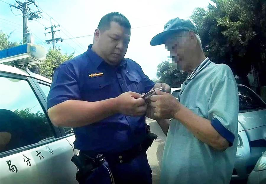 警方趕到現場幫助75歲的老翁,循線找到回家的路。(陳世宗翻攝)
