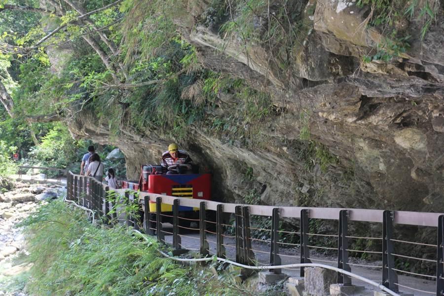 同礼部落居民使用农务车载运作物,行经砂卡礑步道与游客共用步道。