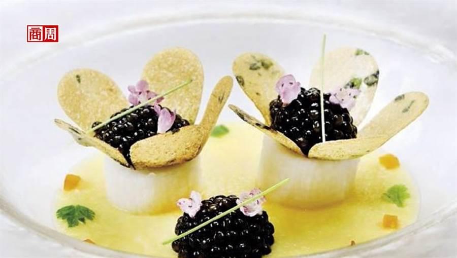 把中國人喜愛的山藥替代法國人熱中的馬鈴薯,加進個人巧思,做成一朵朵小花,相當吸睛。(攝影者.張世平)