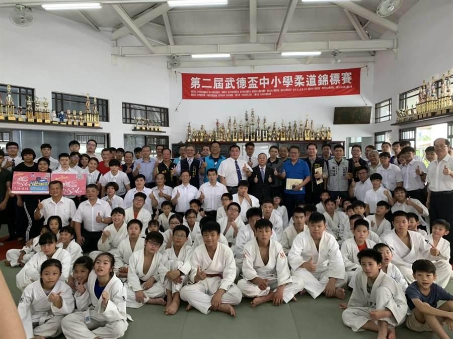 第二屆武德盃中小學柔道錦標賽,29日在台中市柔道協進會柔道館登場,共26個單位、100多名選手參賽。(陳世宗翻攝)