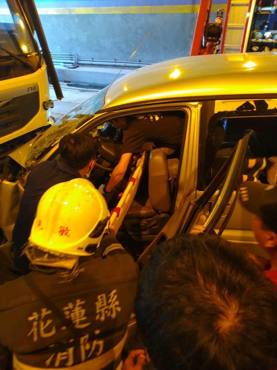 撞擊力道大,廂型車駕駛一度受困車內,消防局出動破壞器材,才將他救出。(花蓮縣消防局提供)