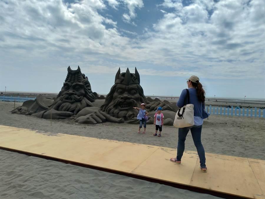 大安沙雕音乐季29日起在大安滨海乐园盛大开幕,民众不畏炎热欣赏沙雕作品。