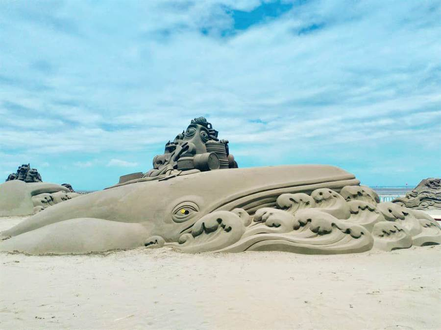 今年破纪录打造中台湾最大型鲸鱼沙雕,矗立现场显得格外吸睛。