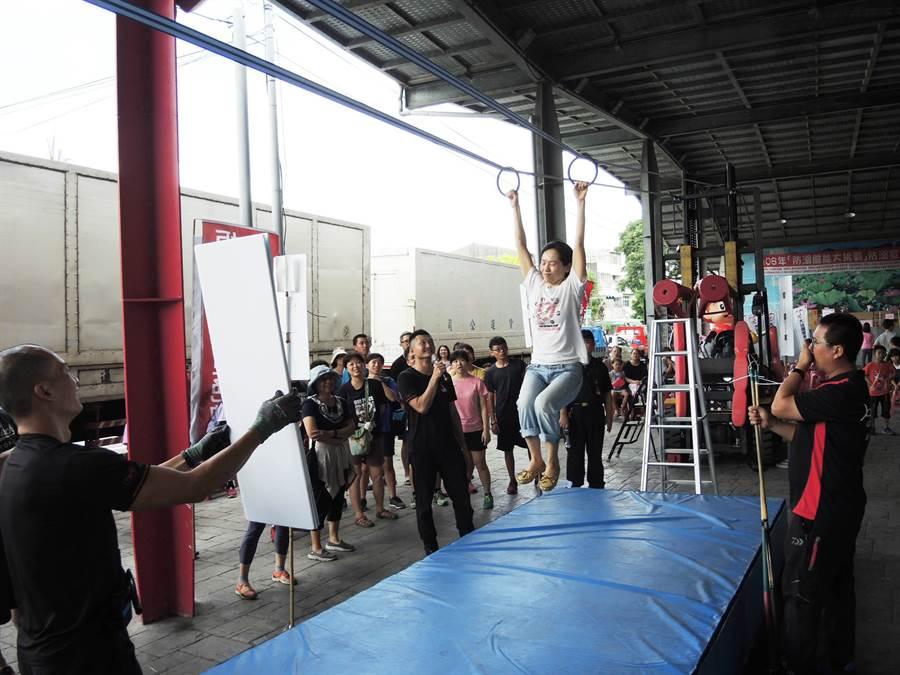 南市消防局第一大隊辦夏日戲水安全宣導,首度推出體能挑戰賽,考驗民眾耐力。(莊曜聰攝)