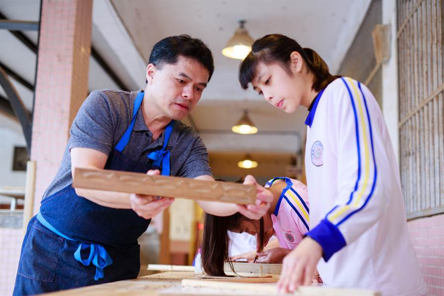 金牌國手王嘉納(左)返鄉傳授技藝。(圖/安麗希望工場慈善基金會提供)