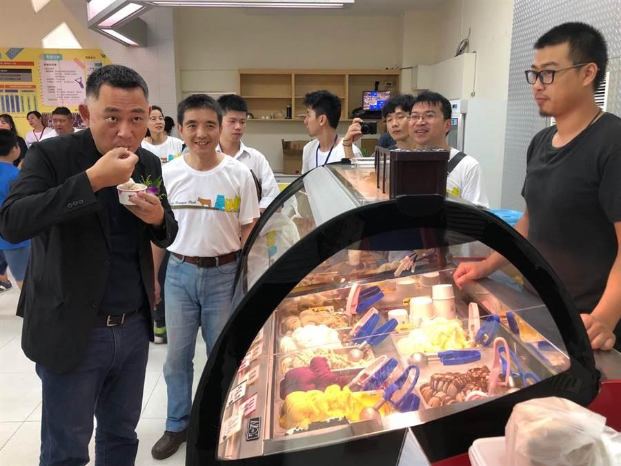楊鎮浯縣長開心品嘗農畜產加工製品,與青年朋友分享努力的成果。(李金生攝)
