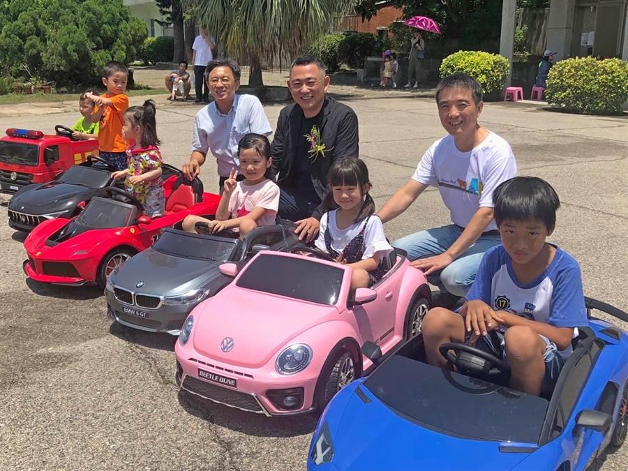 楊鎮浯縣長童心未泯,帶領主管與小朋友開起兒童電動車。(李金生攝)