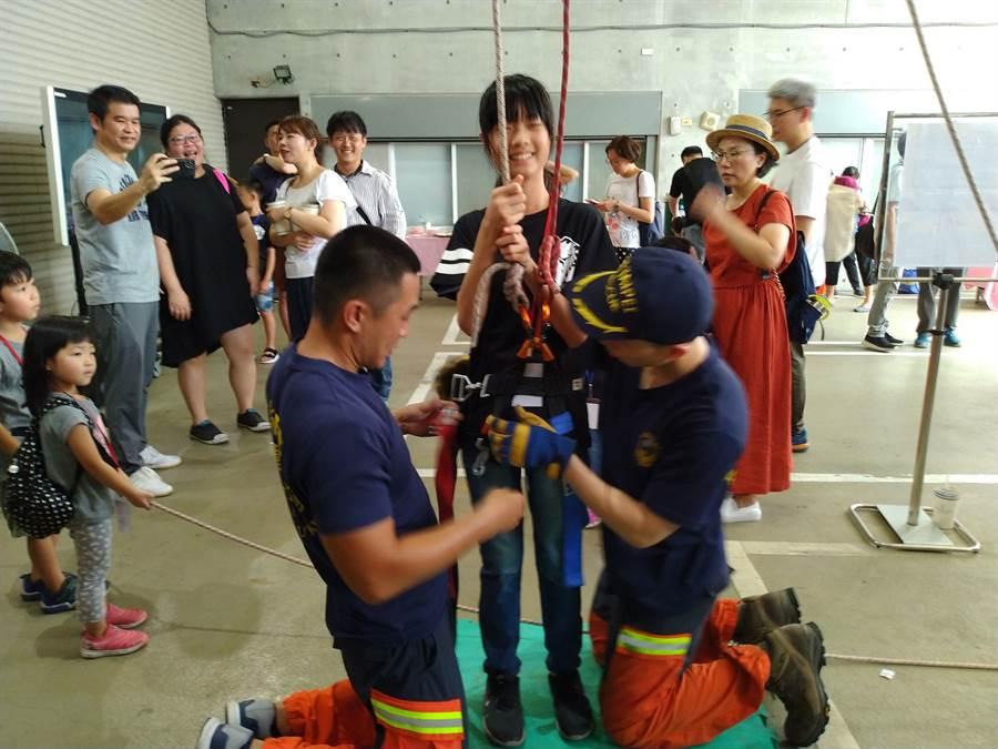 新北暑期小小消防營開跑,小朋友於闖關遊戲中學習到相關防火防災知識。(吳家詮翻拍)