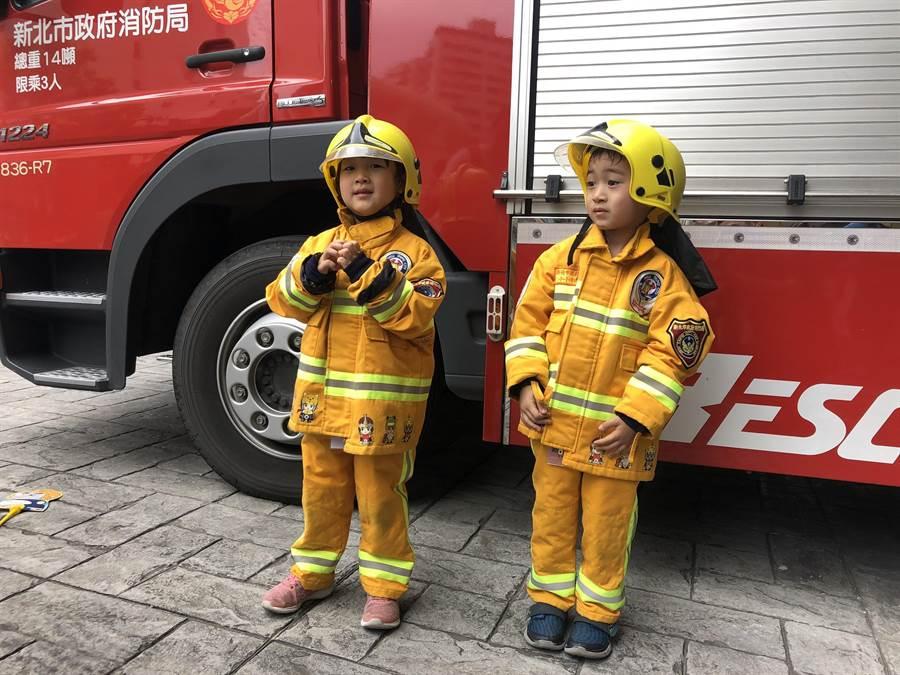 换上消防装,小小打火兄弟体验中学习消防知识。