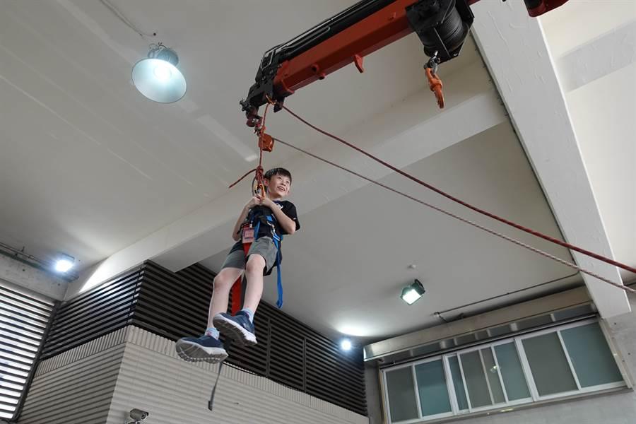 小朋友体验高空悬挂惊呼连连。