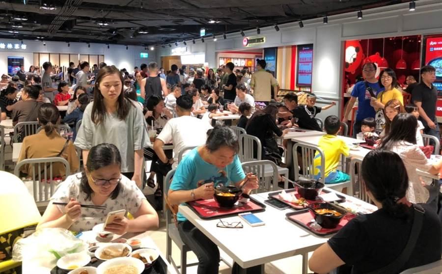 新竹遠東巨城4樓美食街,1次開出3家全新品牌滿足消費者味蕾,寬敞的用餐空間吸引消費者搶先嘗鮮。(陳育賢攝)
