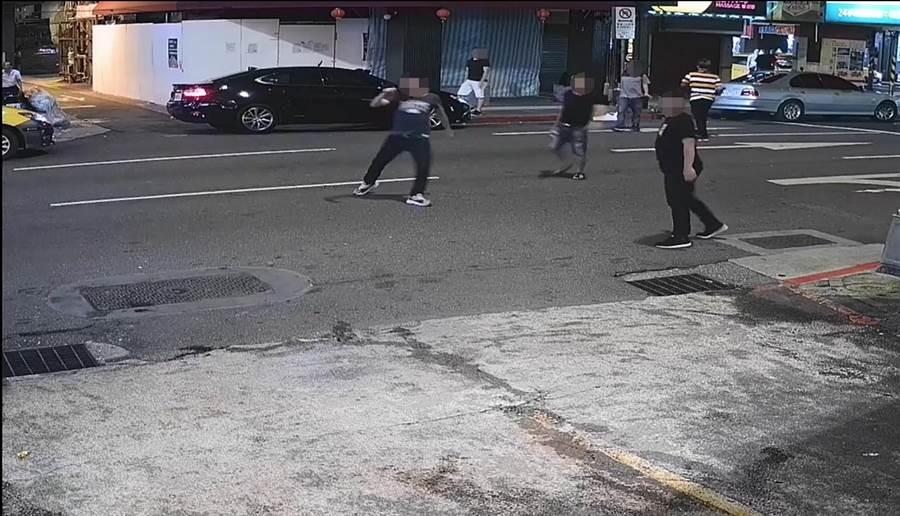 万华警方出动快打警力制止冲突。