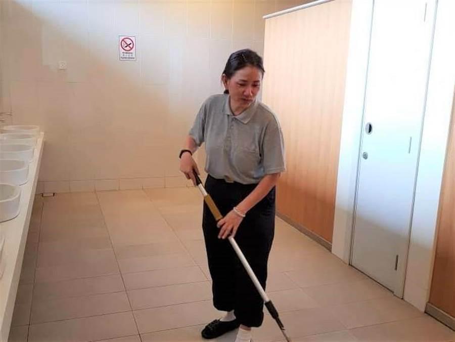 謝碧環在公司是高階主管,平時不用做家事,在慈濟卻負責「福田」志工,歡喜拖地、洗廁所。(圖/慈濟基金會提供)