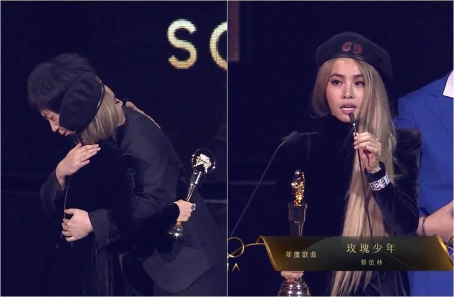 蔡依林領獎時和阿信擁抱。(圖/翻攝自Hami Video)