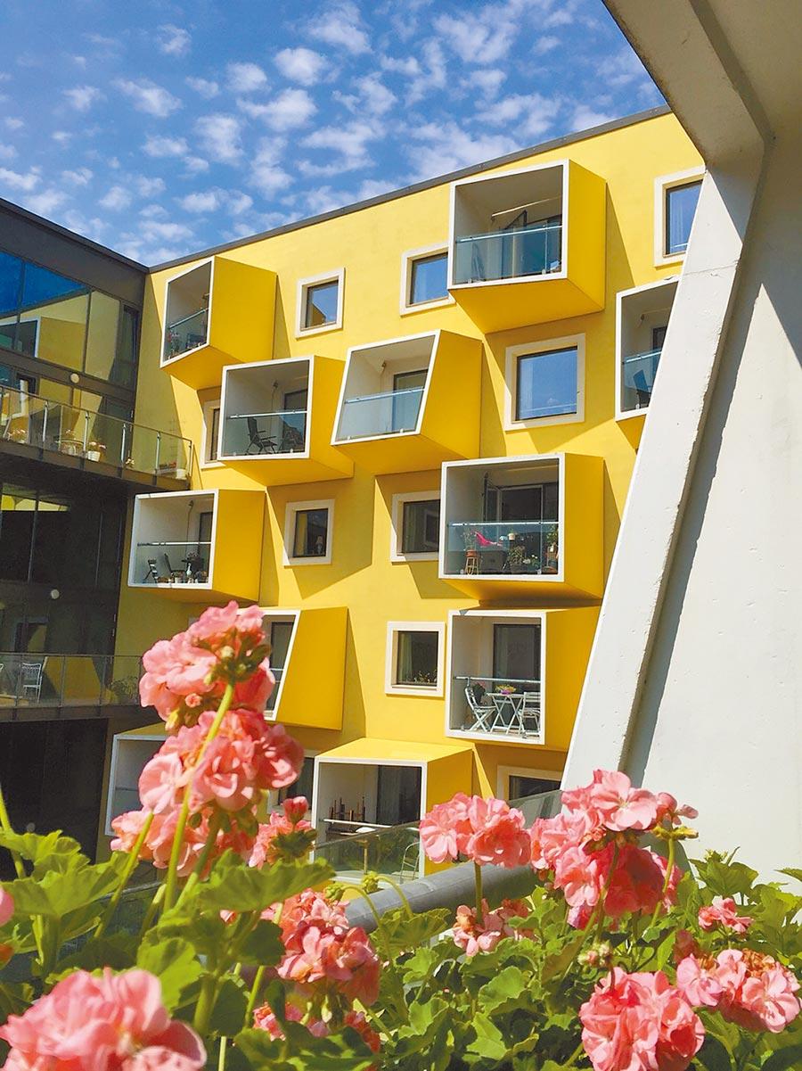 位於新興重劃區的養護之家Orestad Plejecenter,在建築外觀也非常有質感,每個方塊就是一個房間,擁有讓住戶享受陽光的陽台。圖/朱漢崙