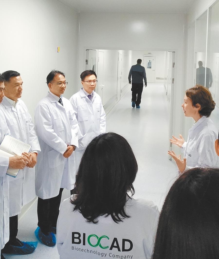 貿協董事長黃志芳(左三)率團至聖彼得堡參觀俄羅斯最大生技醫療公司Biocad生產線。(貿協提供)