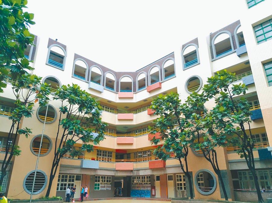 新北市教育局將於年底前補強耐震係數小於0.5的校舍共86棟,永吉國小校舍補強、美化後,外觀煥然一新。(譚宇哲翻攝)