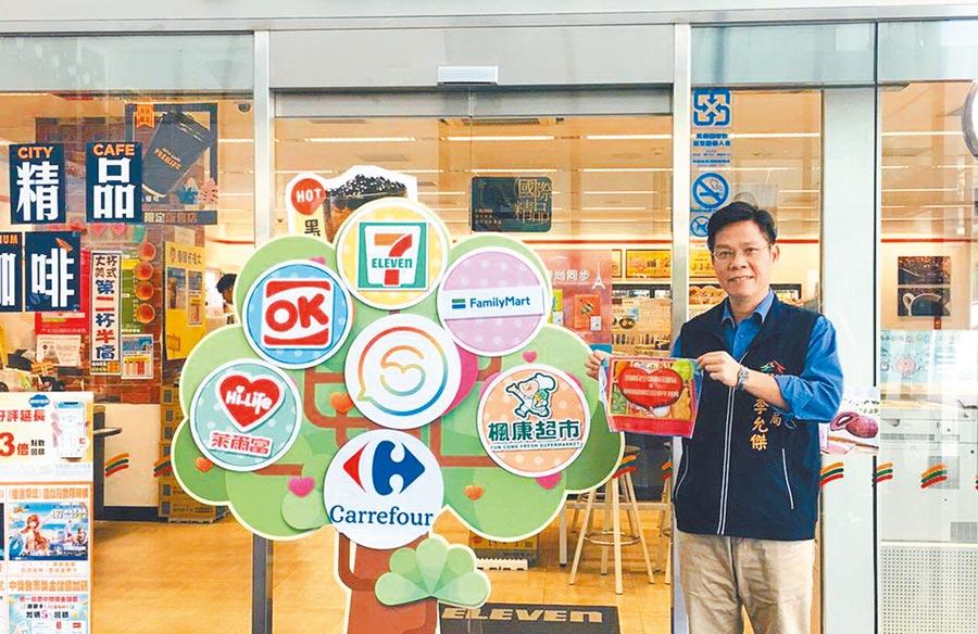 台中市府社會局長李允傑在超商門市張貼「愛心守護站」貼紙,弱勢兒少午餐服務不中斷。(盧金足攝)