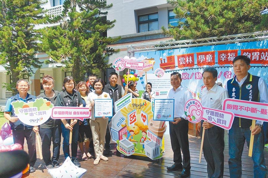 張麗善(左五)宣布,今年暑假啟動全面補助中低、突發事故及經導師認定清寒學生午餐費,讓孩子不因放長假挨餓。(許素惠攝)