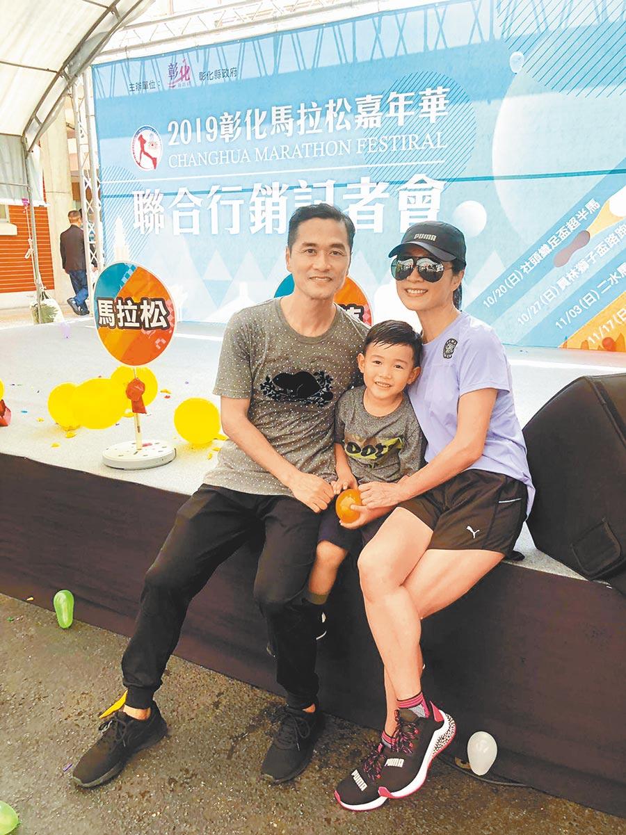 方文琳(右)昨出席活動,弟弟和5歲小姪子到場站台。