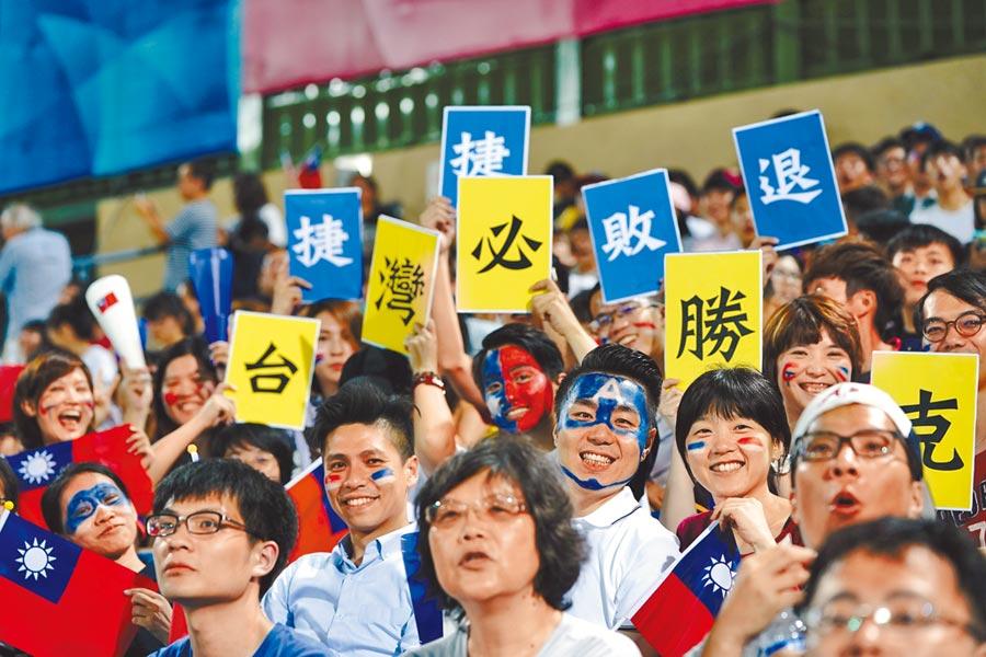 棒球在台灣如同「國球」,圖為2017台北世大運棒球預賽,大批球迷湧進天母棒球場為中華隊加油。(本報系資料照片)