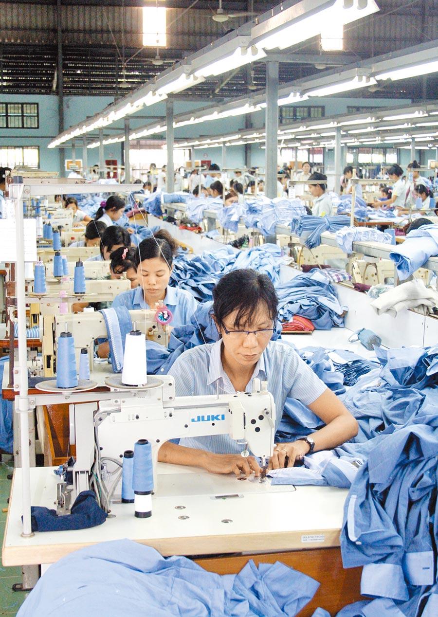 緬甸仰光一家服裝廠的工人在趕工中。(新華社資料照片)