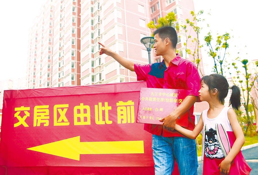 商業用房改建租賃住房,表現仍不盡人意。圖為民眾前往江西一處公共租賃住房。(新華社資料照片)