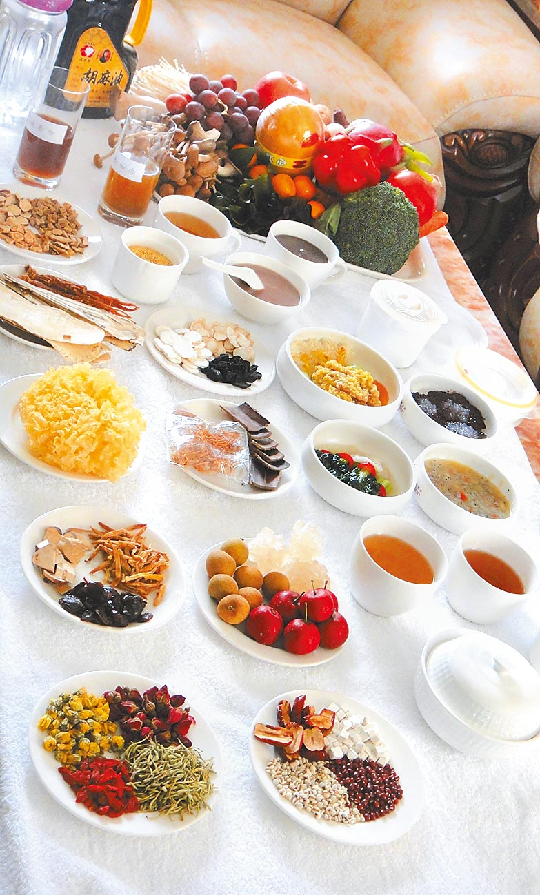 北京某月子會所為產婦搭配月子餐所需食材。(中新社資料照片)