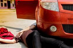 女騎士遭捲入車底 下秒驚變貞子