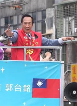 郭台銘站在戰車遊街  爭取在未來民調勝出
