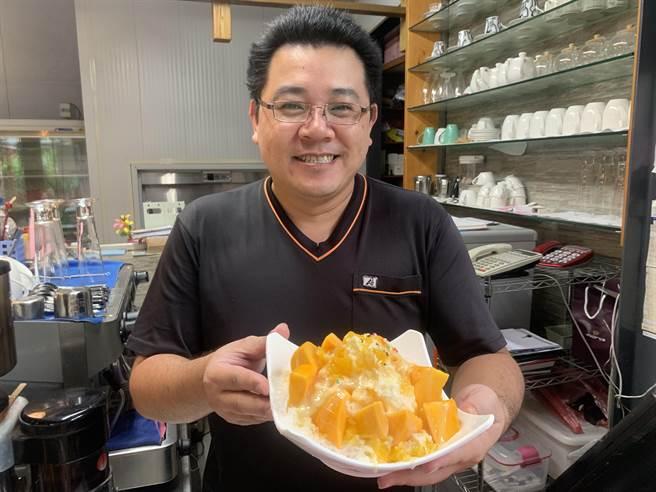 南投市樂涼冰果室,目前由第2代王俊凱打理內外。(廖志晃攝)